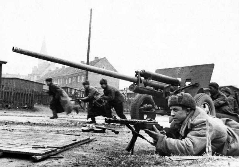 Расчет советского орудия ЗиС-2 и штурмовая группа в уличных боях за Кенигсберг