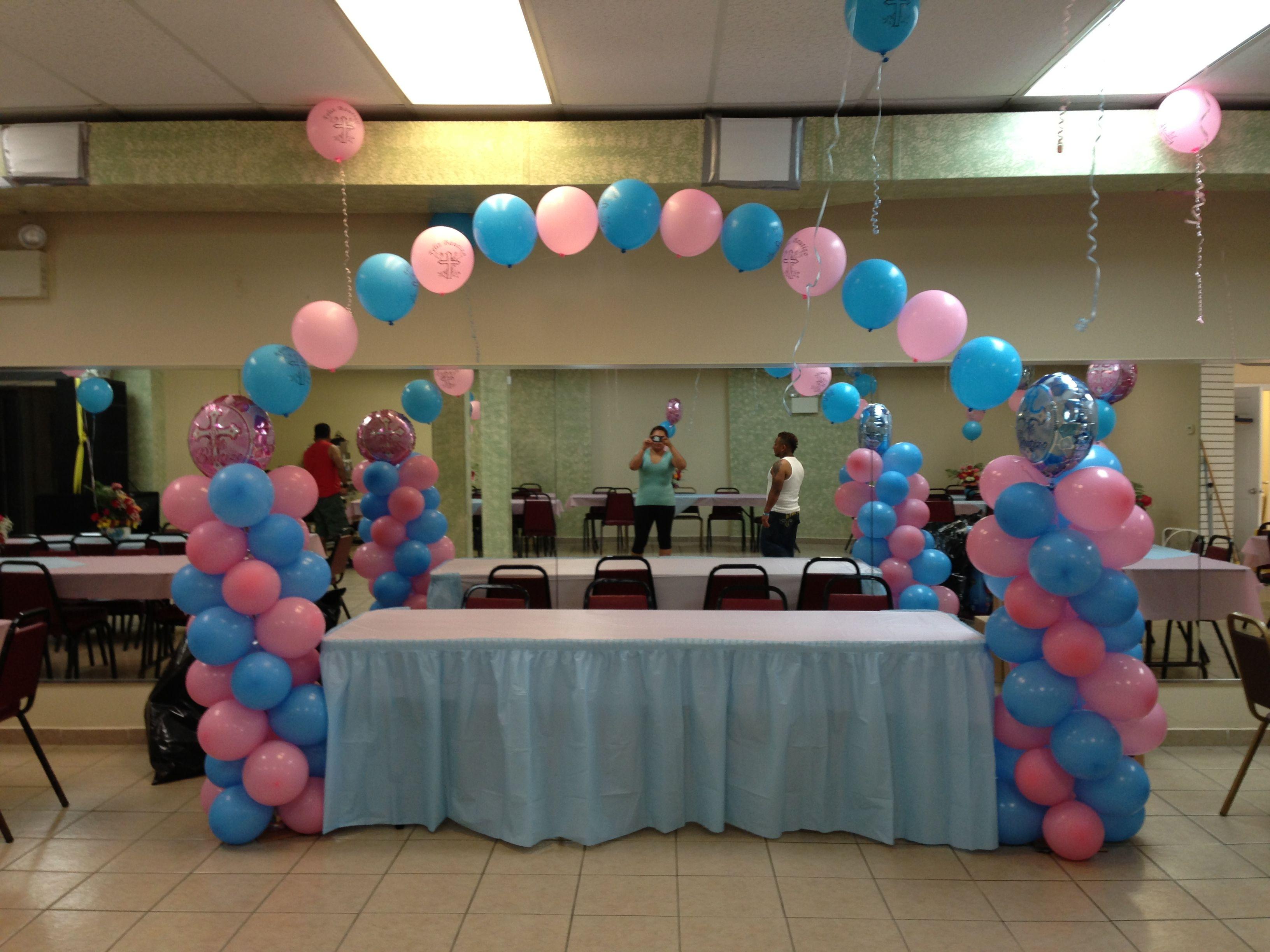 Decoraci n con globos color rosa y azul cielo para ni o y for Decoracion de cielo