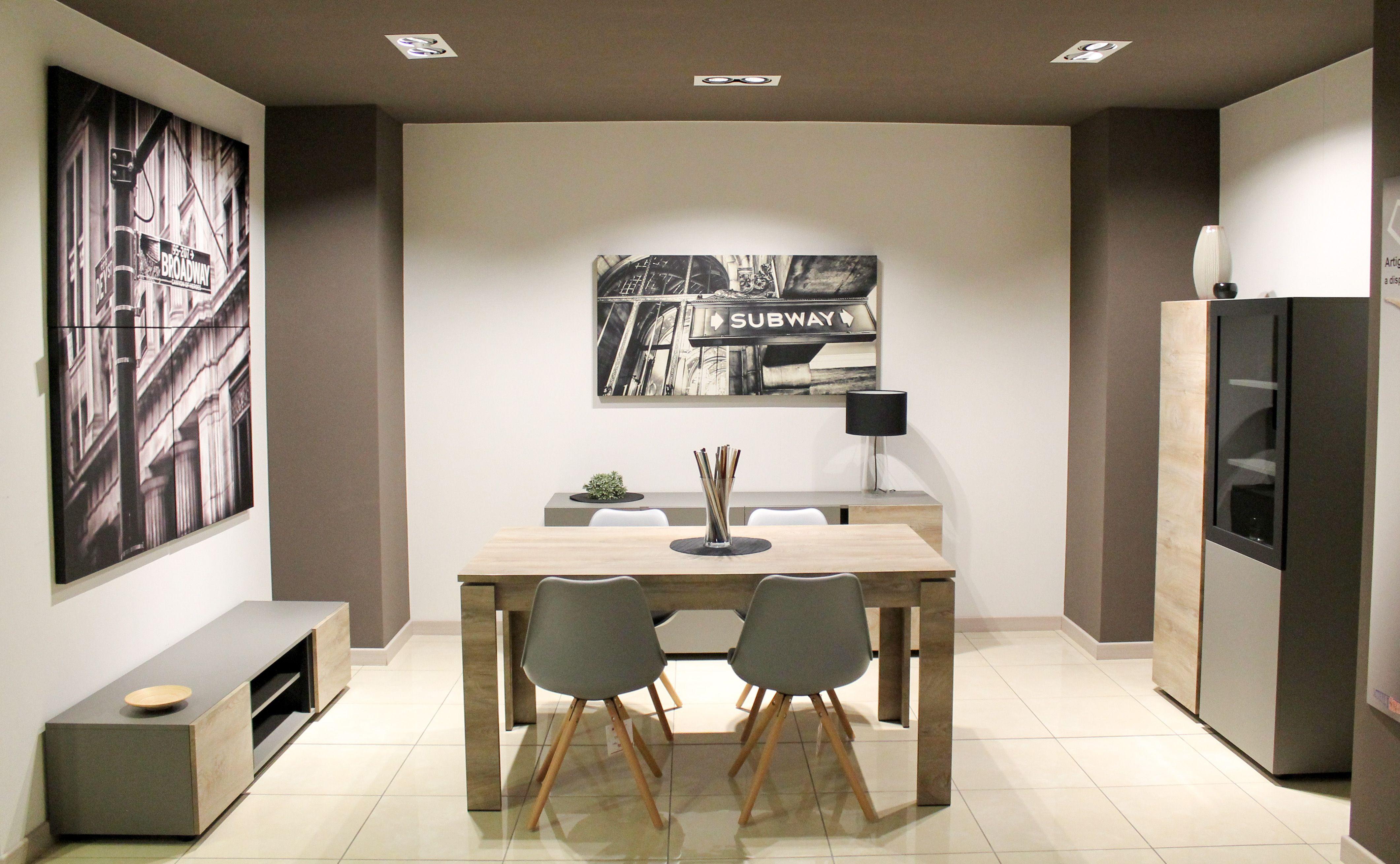 Con vetrina madia baseTV e tavolo dal design moderno contraddistinti dall accostamento di diverse finiture tra opaco e essenza legno