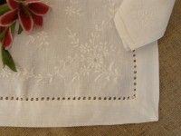 Mantel rectangular de lino blanco bordado a mano Medidas 1,70 x 2,60 mts. 12 servilletas Composición 100% Lino