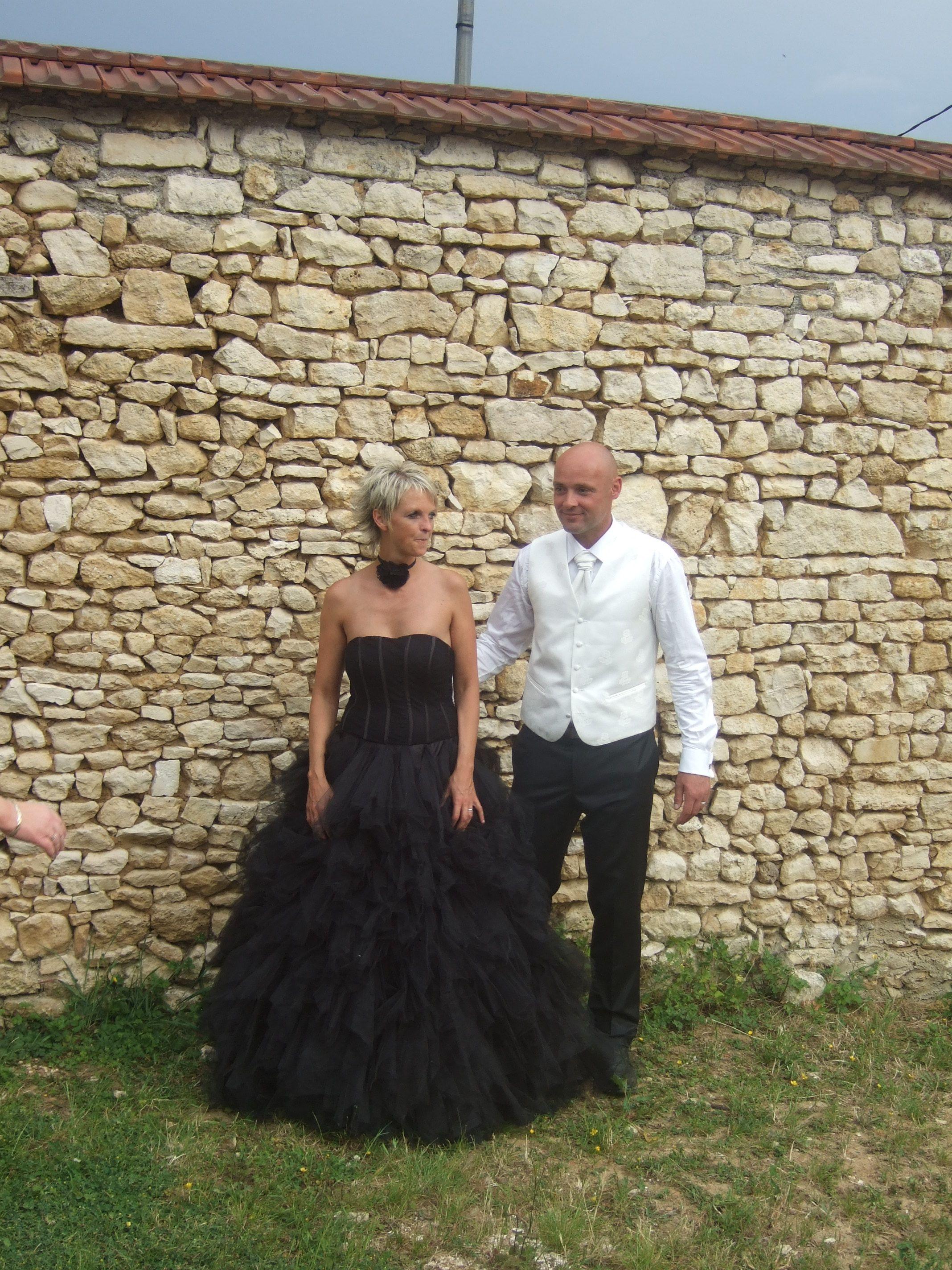 Robe de mariée noire en mouchoirs de tulle commandée sur le site de fabrication de robes de mariée sur mesure www.mariageenrose.fr
