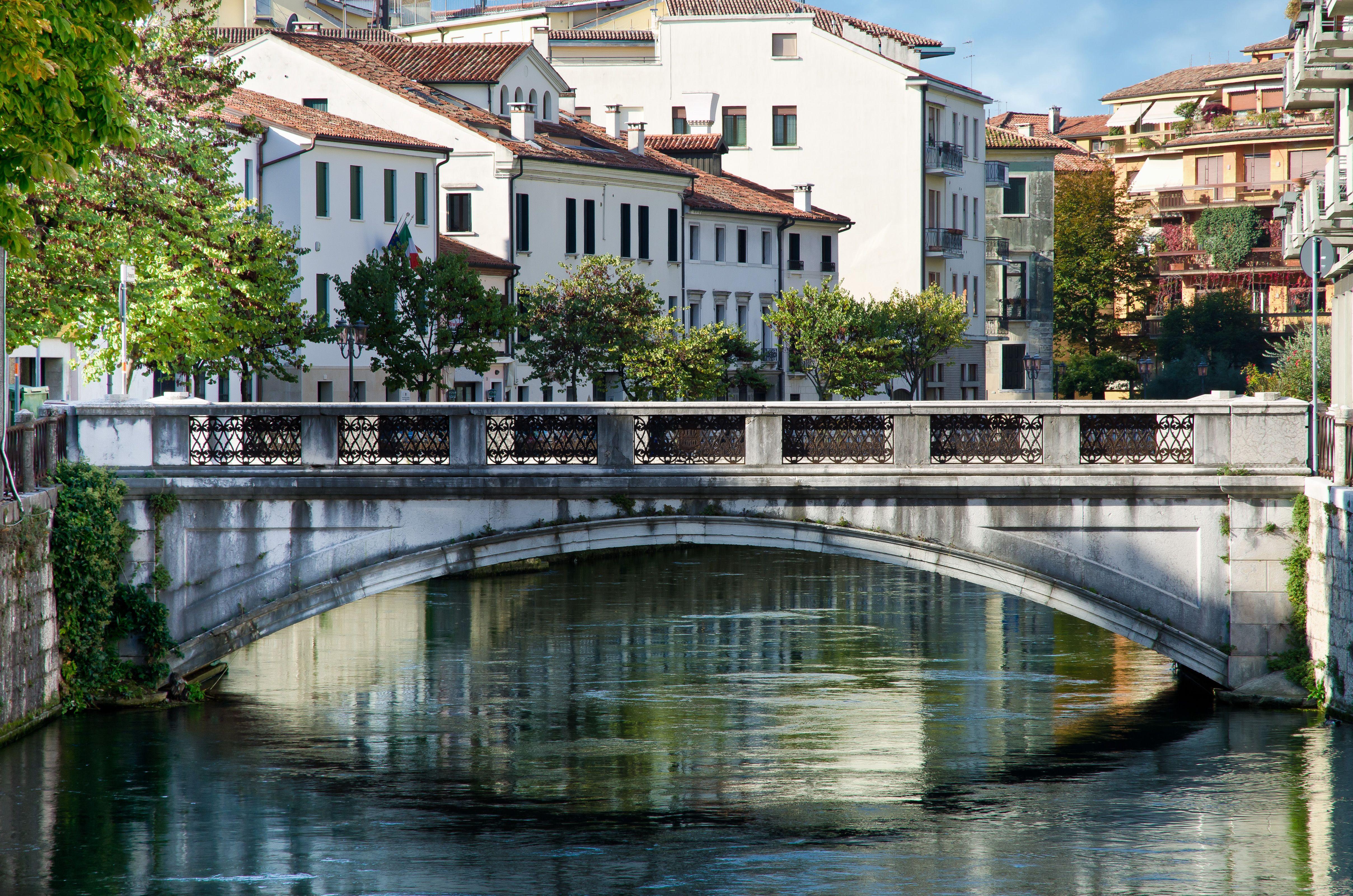 Treviso heeft niet alleen romantische grachten maar ook mooie straatjes overspannen met arcaden en huizen versierd met fresco's.  http://www.canvasholidays.nl/campings/campings-in-italie/venetie