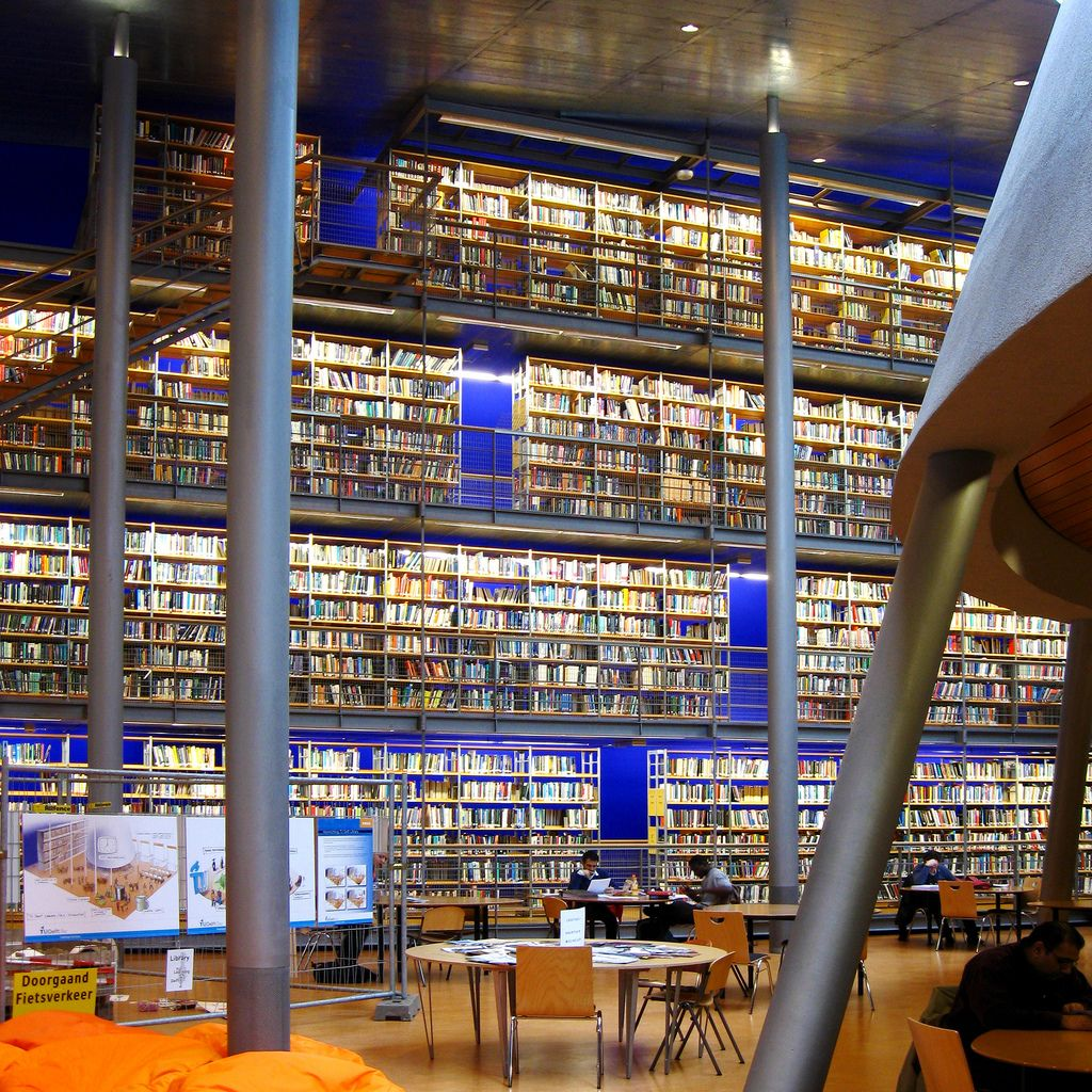Blue Back Lit Wall Delft University Of Technology Library The Library Was Designed By Architectural Firm Mecanoo To Be A 本棚 と 本