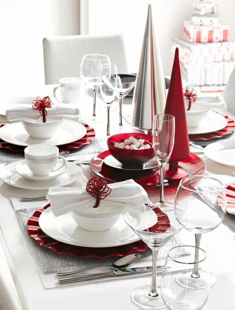 Décoration Table De Noël Très Classe En Rouge Et Blanc   Vaisselle En Blanc  Et Rouge, Deux Sapins Décoratifs En Rouge Et Argent
