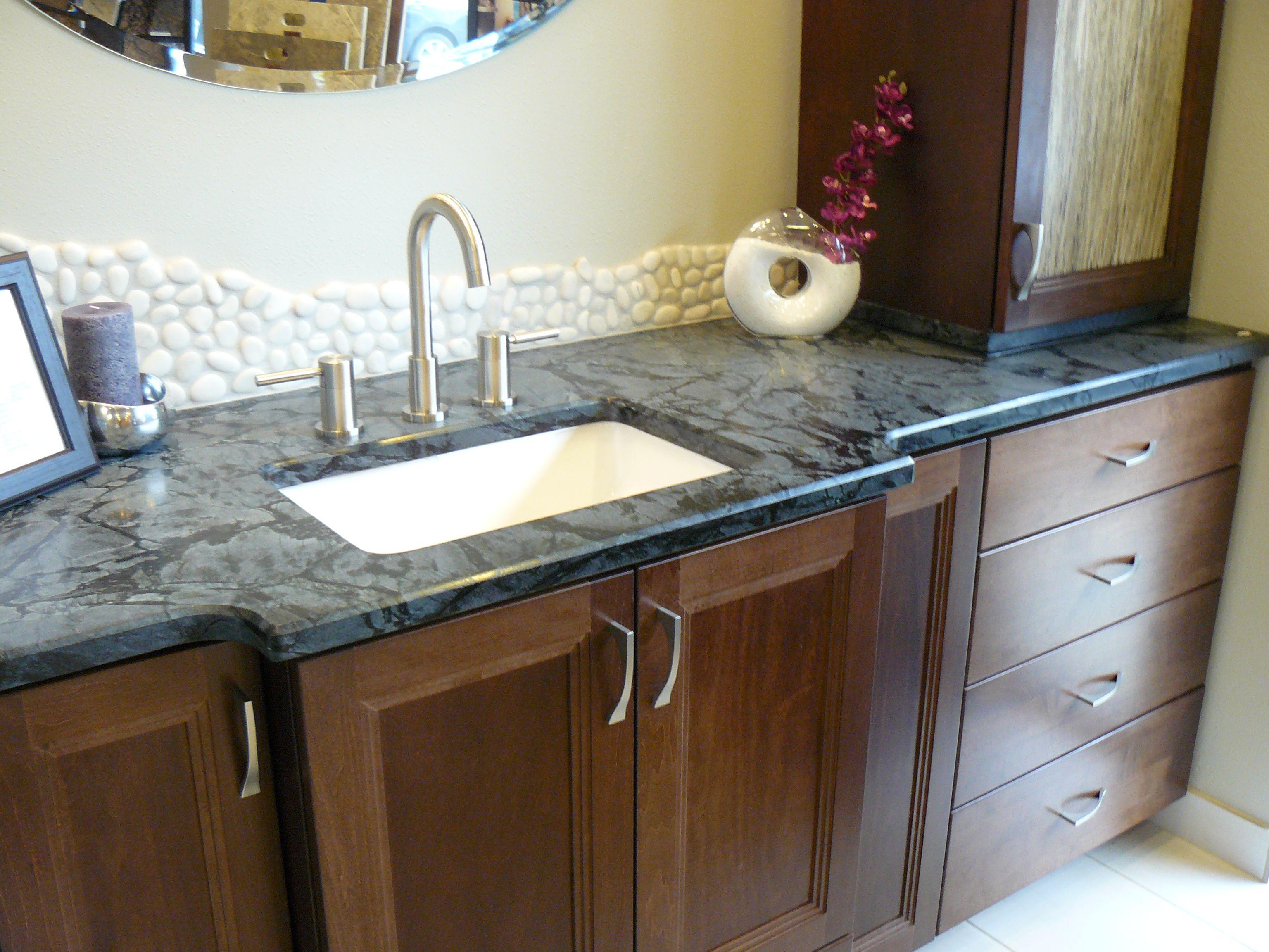 Light And Dark Blue Granite Countertop The Versatility Of The Granite Makes It Work In Eve Arbeitsplatte Modernes Badezimmerdesign Kuchen Granitarbeitsplatten