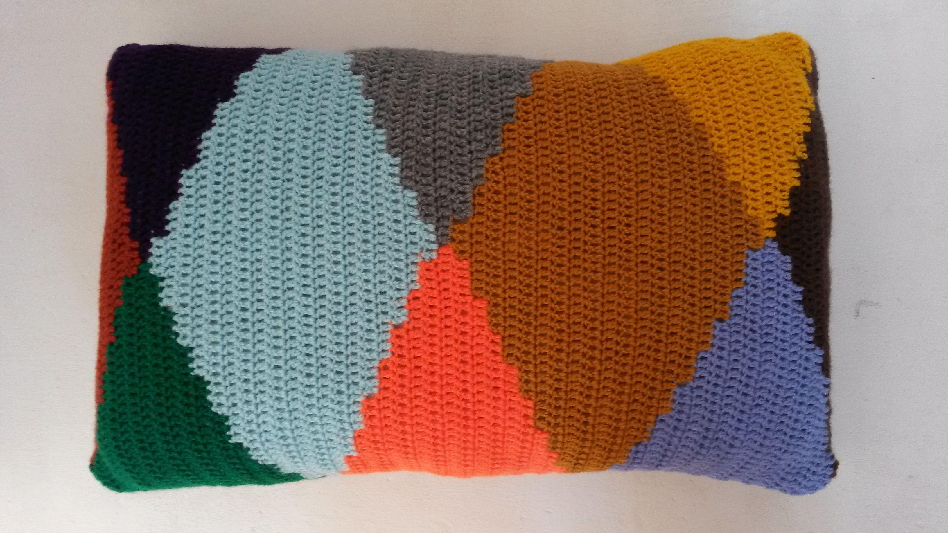 Handgemaakte kussens in frisse kleuren.