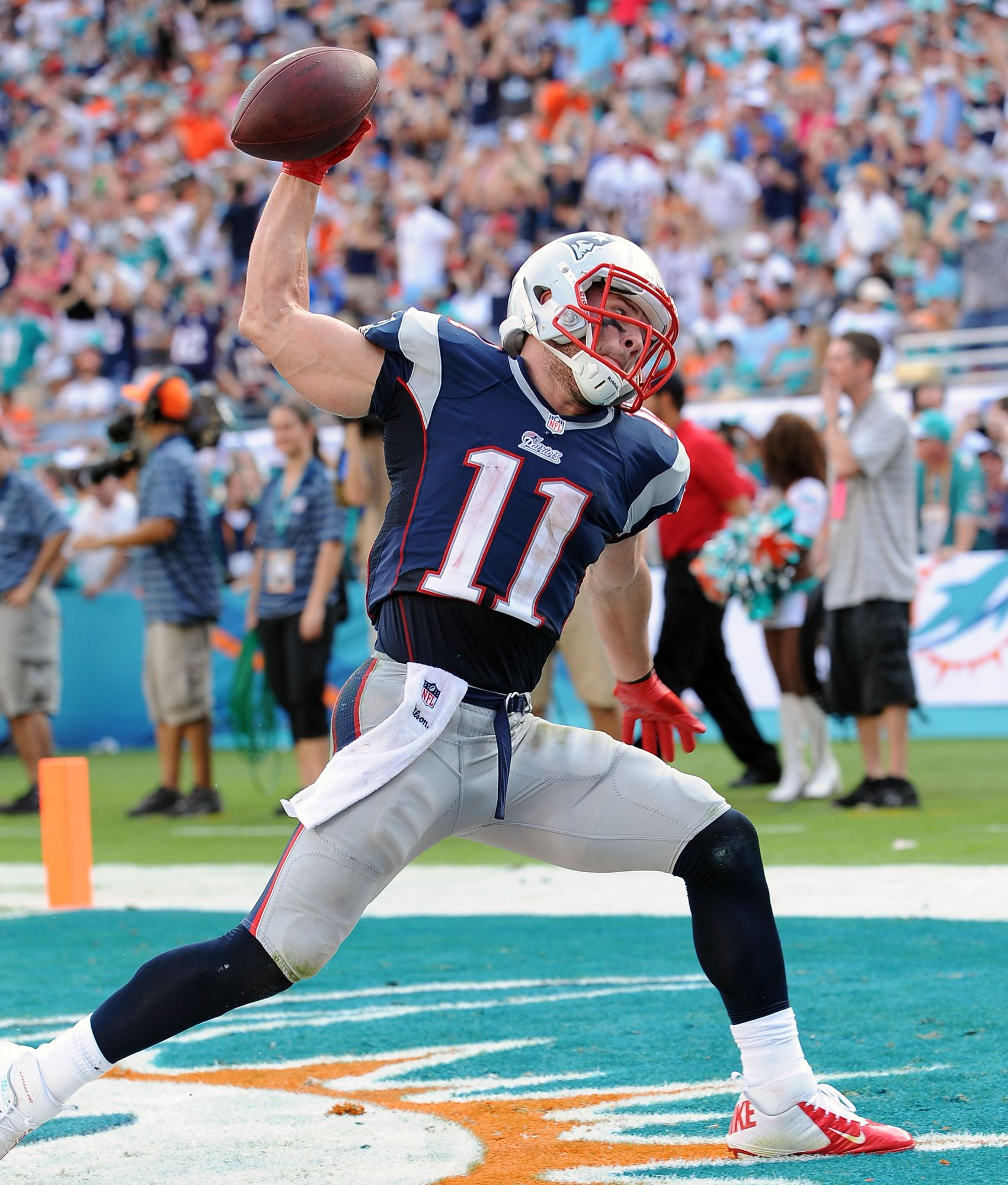 New England Patriots Wide Receiver Julian Edelman Celebrates A Touchdown In A Game Against The Miami Dolphins Dec 15 Futbol Americano Julian Edelman Futbol