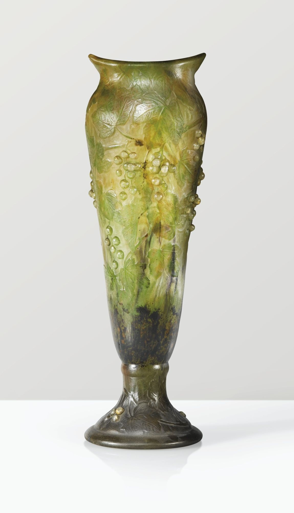 DAUM VASE, VERS 1910 AN INTERNALLY DECORATED, CARVED AND APPLIED CAMEO GLASS VASE BY DAUM, CIRCA 1910. SIGNED WITH A CROSS OF LORRAINE AND NUMBERED