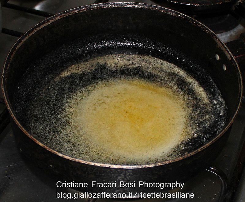 A margarina já derretida, hora de adicionar os ingrediente mais gostosos....