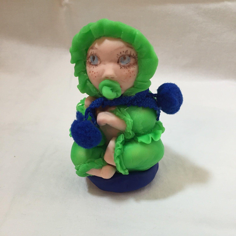 Nouveau bébé un peu plus grand ( 9 cm) assis sur un coussin pour un coffret a bijoux ou une boîte à dents