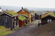 RørosMining Town - Sleggvegen Por randihausken, un Través de Flickr. Donde Su cultivan hierba de los tejados. Apuesto una cola lo convierte en Un gran Aislamiento