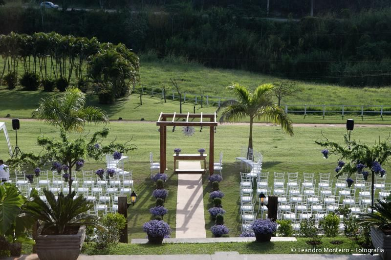 Cerimônia de casamento ao entardecer.  Stephanie e Rafael | Paperland & Co.