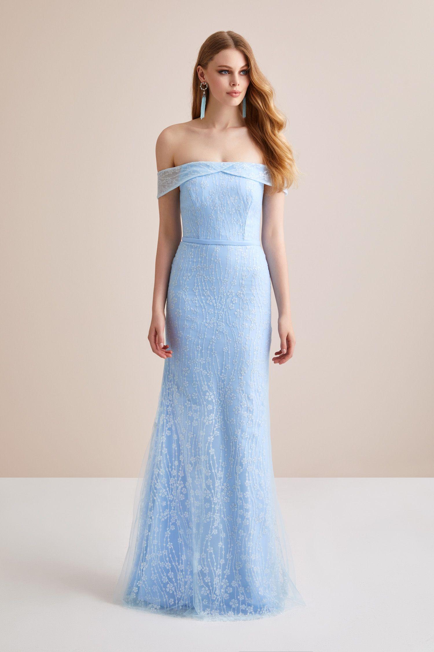 8f168bd3e4a69 Buz Mavisi Kayık Yaka Dantel Uzun Abiye Elbise. Düğün gününde gelinin en  yakın arkadaşı Nedimeler