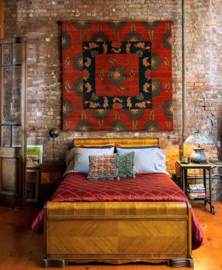 50 Schlafzimmer Ideen Im Boho Stil_klassisches Holzbett Und Kreative  Wandgestaltung Schlafzimmer Mit Teppich