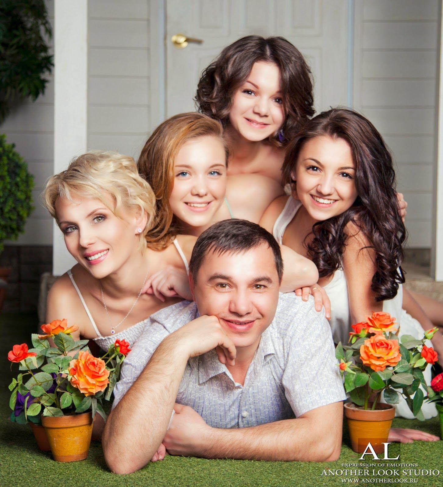 как поставить семью на фотосессию ассортименте салона