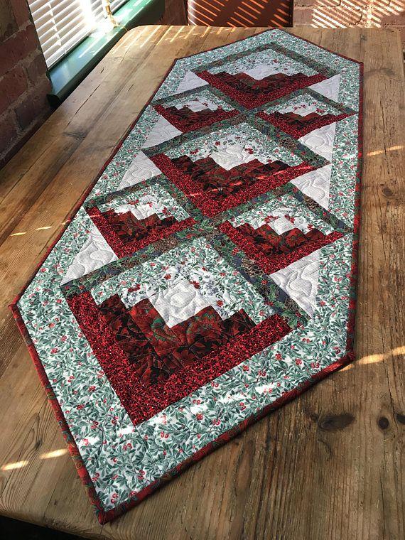 Holiday Table Runner in Reds and Greens | Laufen, Dekorieren und ...
