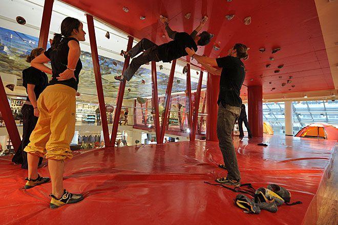 Globetrotter: Im filialeigenen Klettertunnel kann die Kundschaft ihr KLetterequipment gleich auf Herz und Nieren testen. | Foto: Michael Neumann