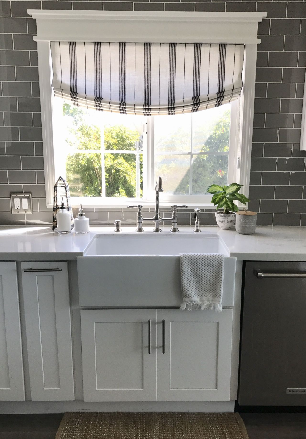 Download Wallpaper Gray And White Kitchen Valance