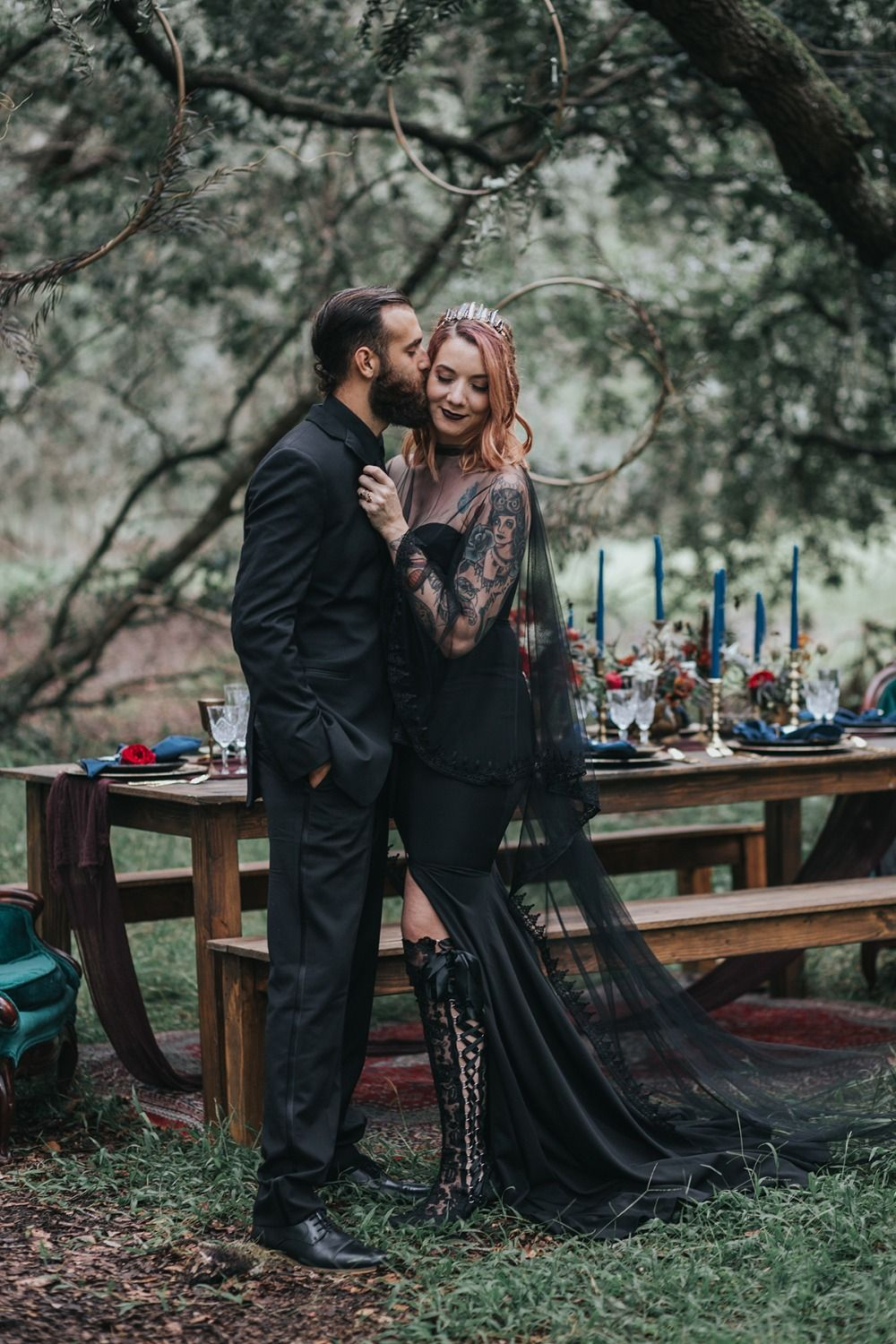 This Halloween Wedding Is A Haunting Good Time Haunted Wedding Dark Wedding Halloween Wedding