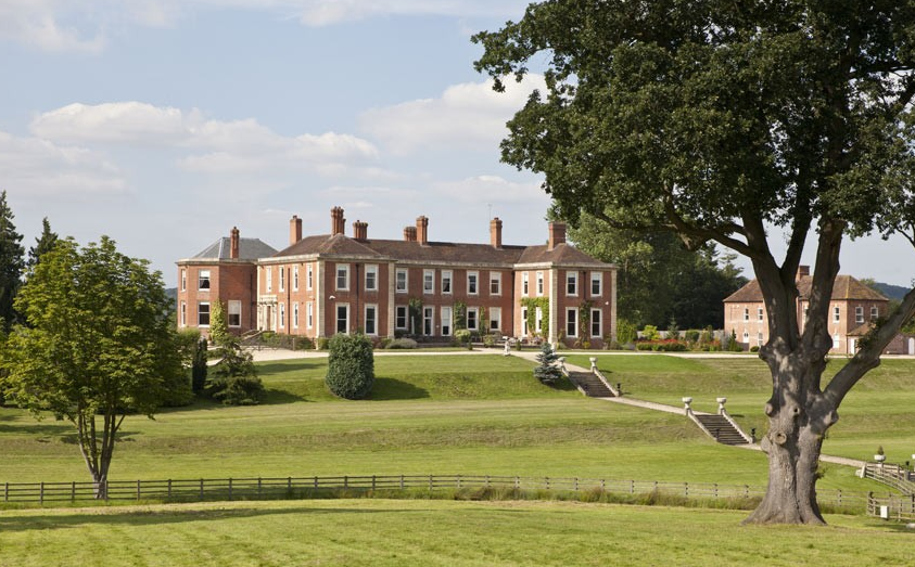 Stanford Court Sits In 40 Acres In Worcestershire Overlooking A Magnificent 20 Acre Lak English Country House Bedroom Mega Mansions For Sale Mansions For Sale