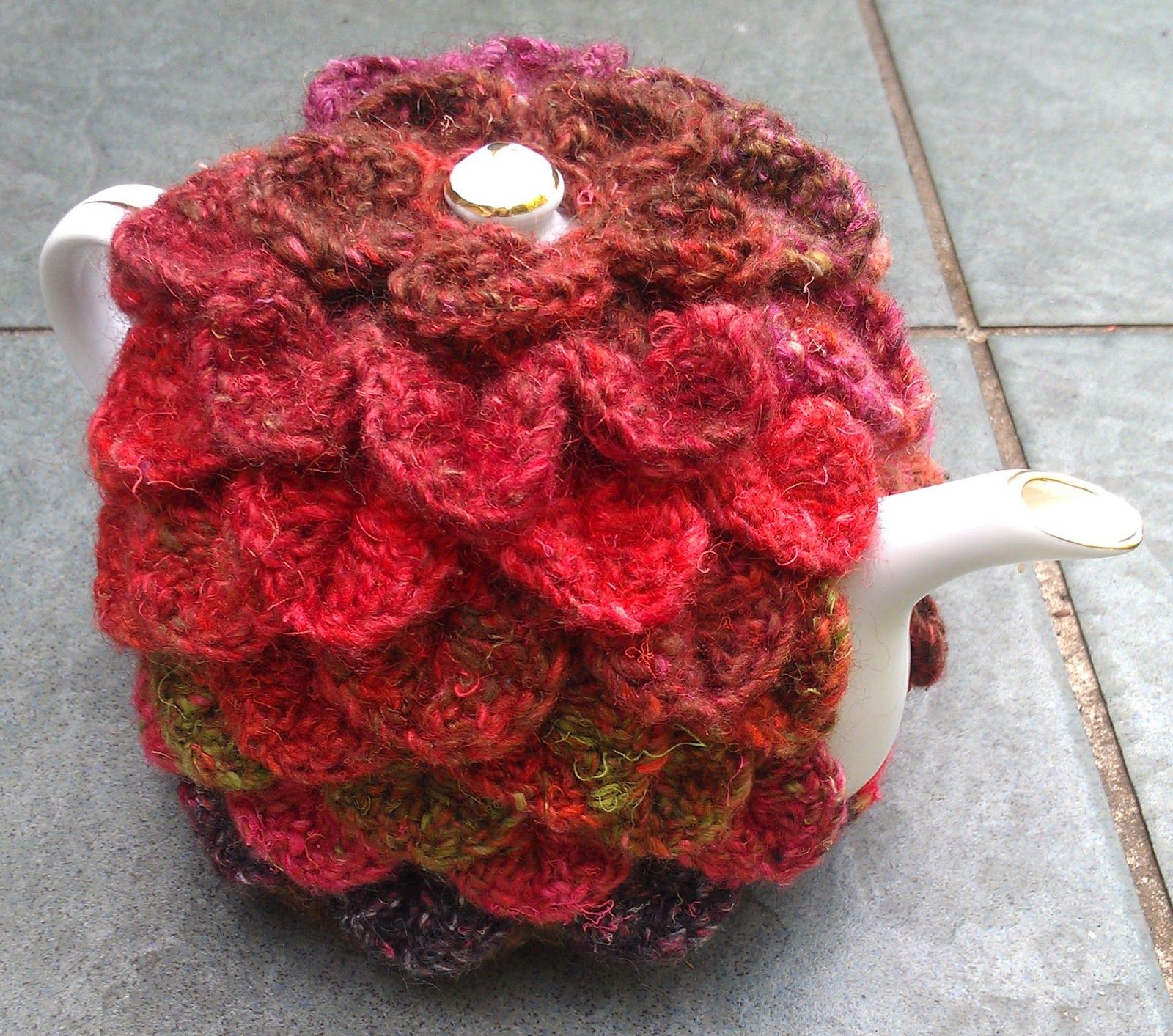 Crocodile stitch tea cosy  To fit a small pot; larger size in ...
