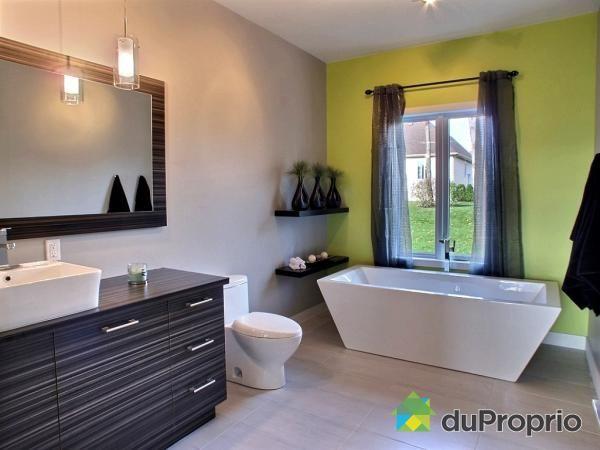 Salle de bain de rêve à voir à Trois-Rivières #DuProprio Bath room - prise de courant dans salle de bain