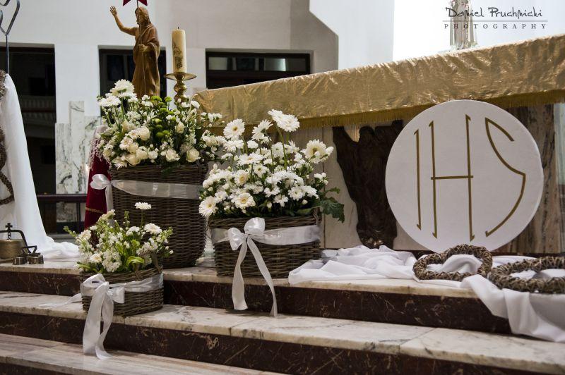 Pin By Aneta Bobowska On Ihs Church Decor Church Flower Arrangements Altar Decorations