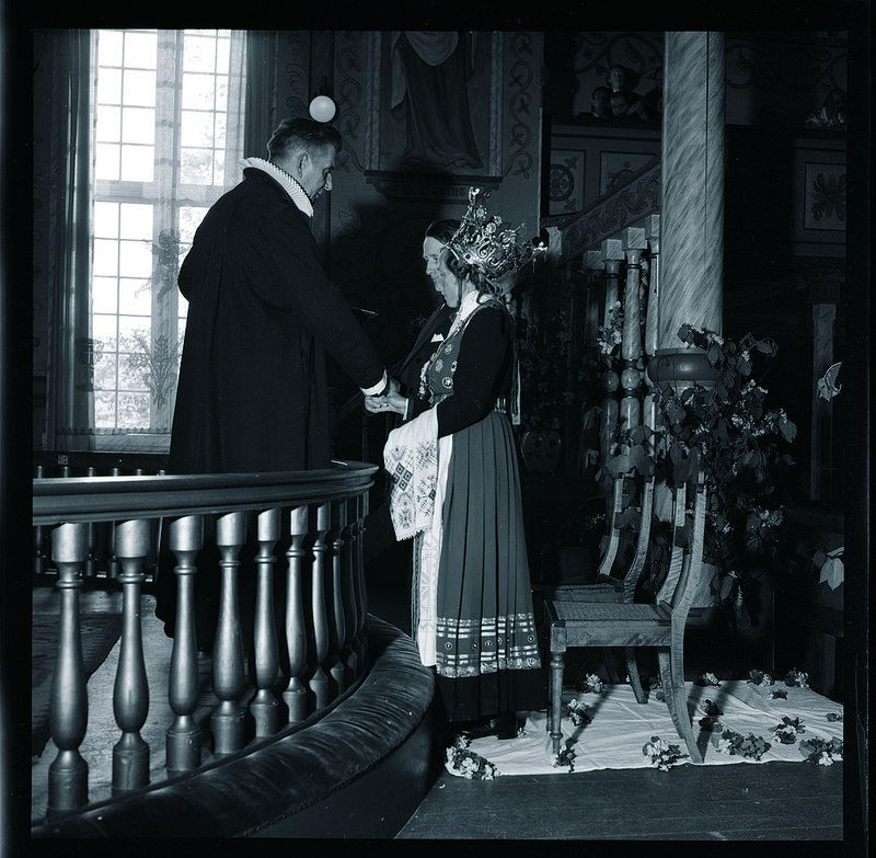 Bondebryllup i Hardanger  Tradisjonelt bryllup i Ulvik i Hardanger i mai 1954.