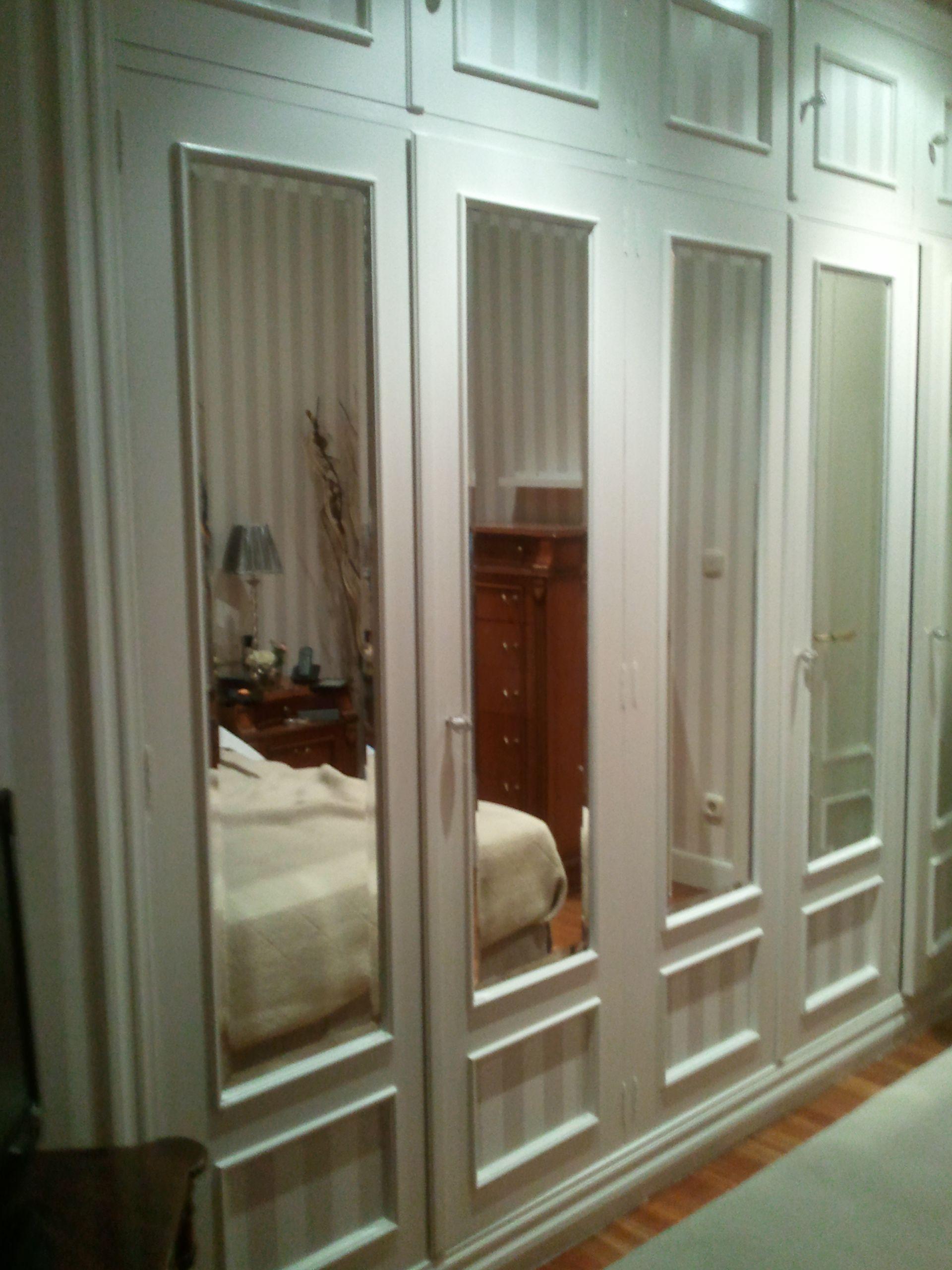Armario lacado y empapelado en blanco roto armarios for Puertas para dormitorios