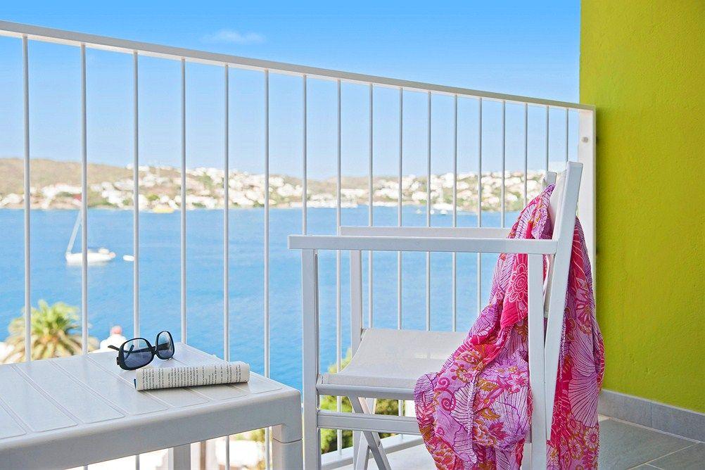 Hyvä kirja ja aurinkoinen parveke. Siinäpä oivat eväät rentoon lomapäivään. http://www.finnmatkat.fi/Lomakohde/Espanja/Menorca/Mahon/Carlos-III/ #finnmatkat #loma #holiday