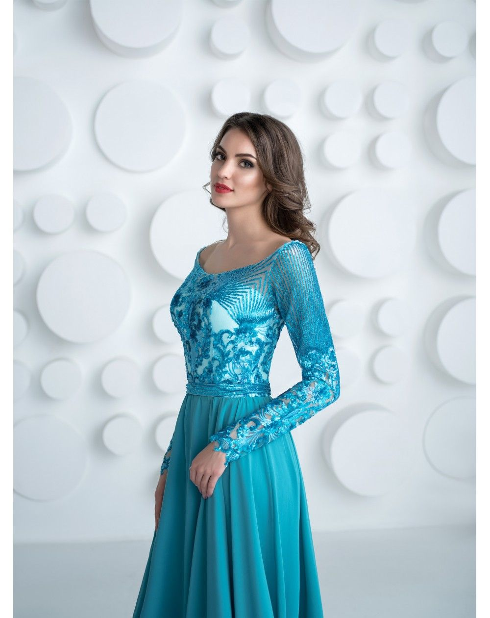 Dlhé tyrkysové šaty na ples s dlhými rukávmi. Zvršok je vytvorený z  neopakovateľnej látky so 5c431e4aed6