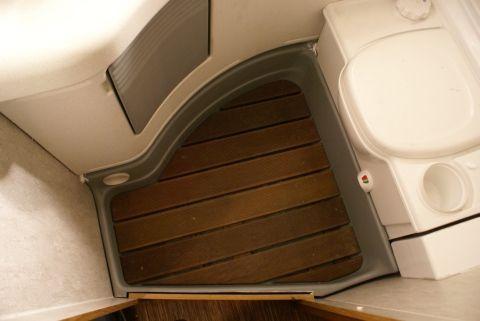 salle de bain camping car / Idée  pose d\u0027un caillebotis au sol, qu