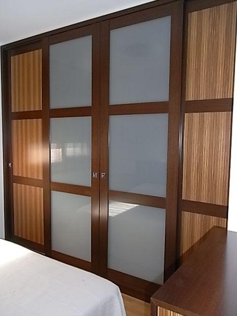 Armario empotrado con puertas correderas perfiles de madera y plafones de zebrano y vidrio - Armario balcon ...