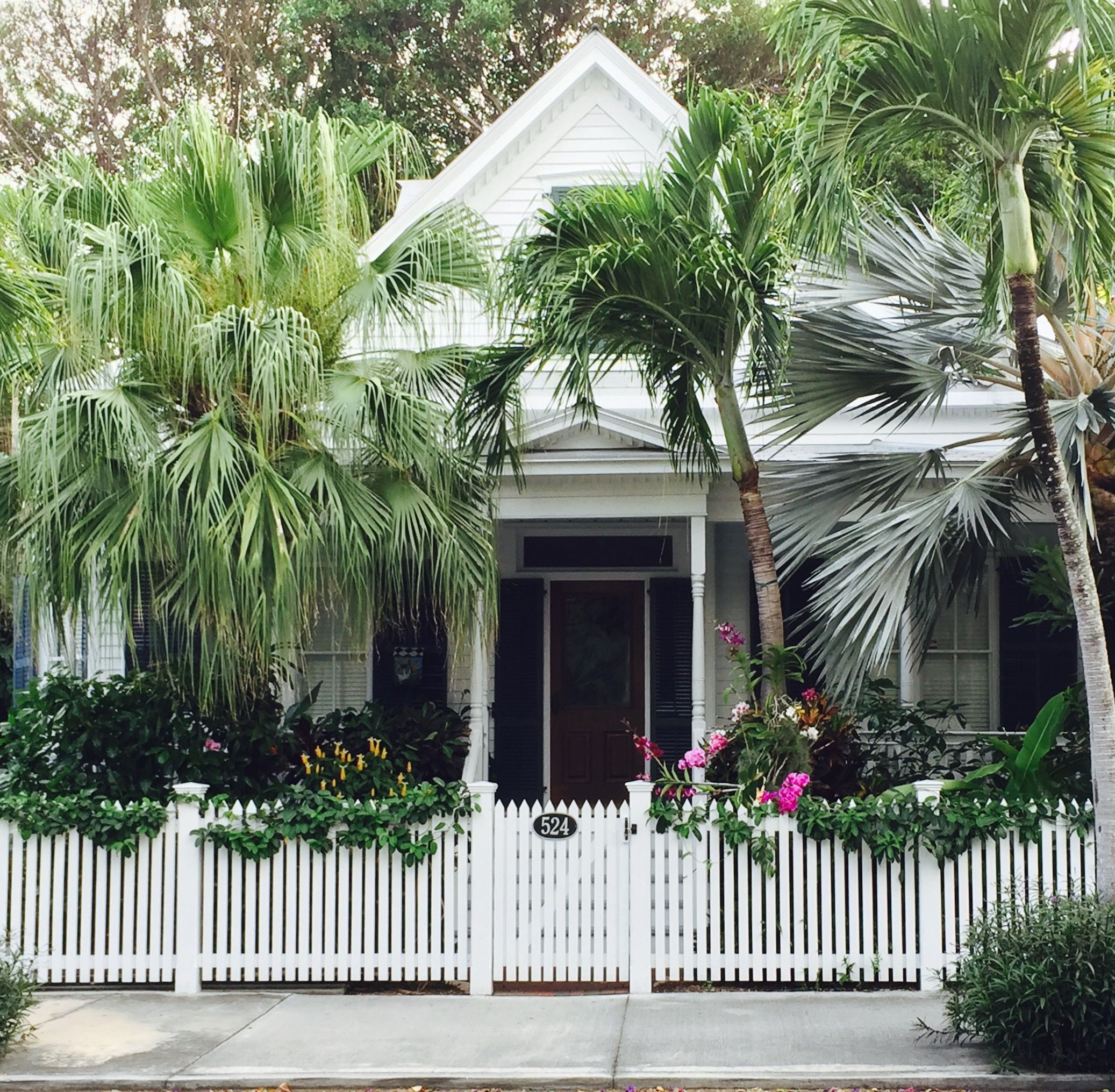 Key West Garden Cottage Paints A Charming Picture Of A Simpler Time Made Luxurious Inside For Modern Living Beach Cottage Style Key West Cottage Key West House