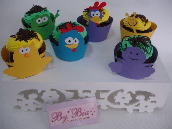A quantidade mínima do pedido inclui:  30 Topper de doces da galinha  30 Forminhas de doces de todos os personagens da turma  30 Wrapper para cupcakes de todos os personagens da turma  As cores dos produtos podem sofrer pequenas alterações, devido ao fornecedor dos papéis.  Consulte o desenvolvim...