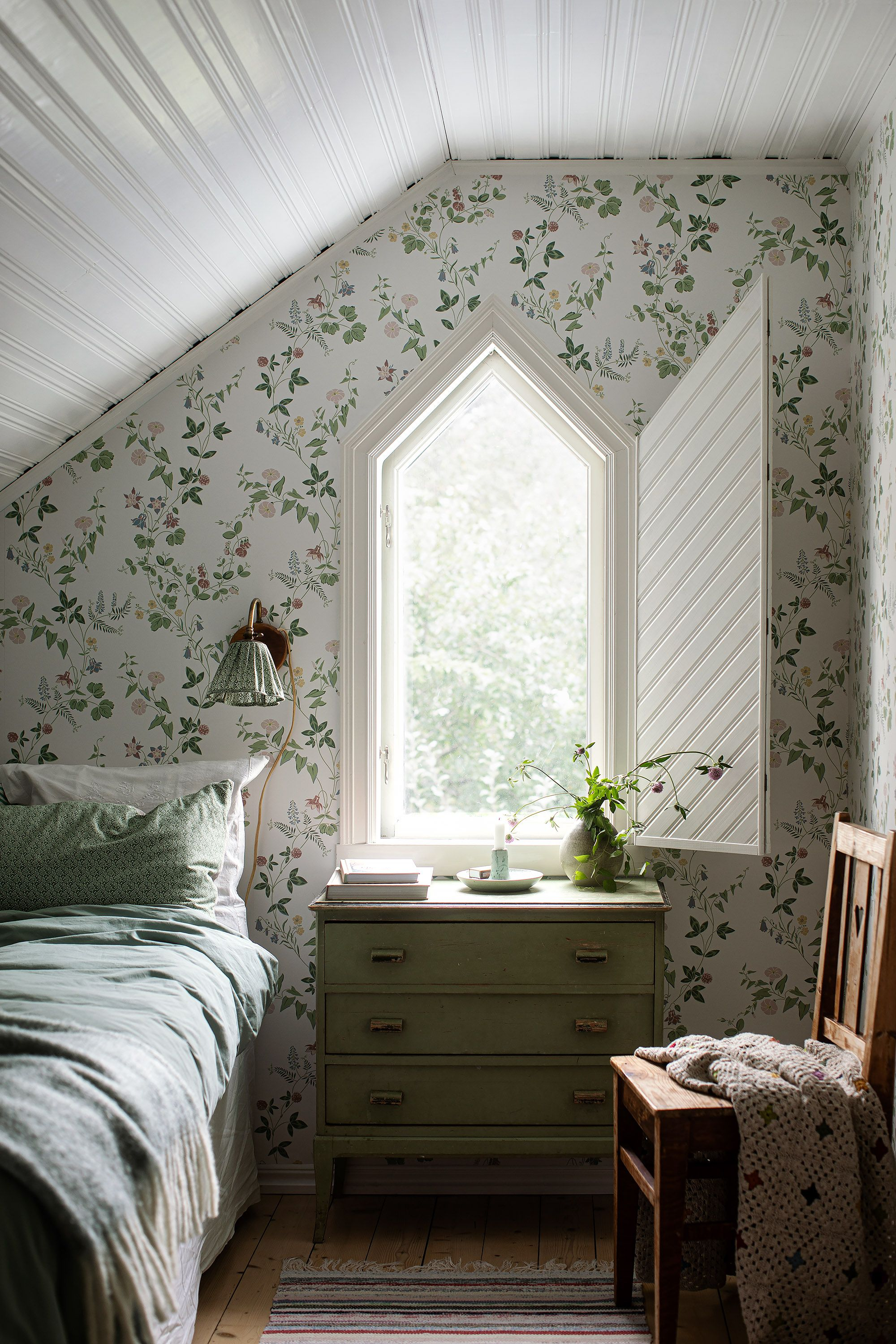 The stunning floral pattern of our Midsummer Eve wallpaper