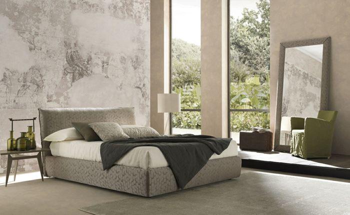 Zwei Großen Fenster, Mit Enormem Spiegel Das Schlafzimmer Dekorieren, Ein Graues  Bett Und Ein