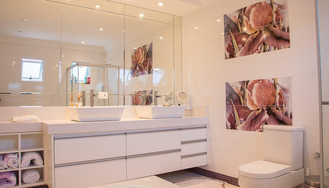 Modernes Badezimme Im Amerikanischen Look Weiss Trifft Weiss Grosser Schrank In 2020 Einfaches Wohndekor Badezimmer Renovieren Und Ideen Zum Selbermachen Fur Zu Hause