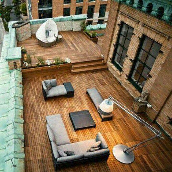 Una terraza con suelo de madera simple y limpia de estilo