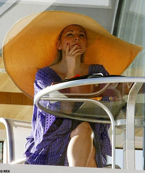 Kim Cattrall The Big Hat And An Even Bigger Hunk Hats In Tv