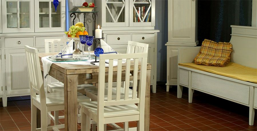 JUVIn valkokalkittu pöytä ja pinnatuolit - värin päätät sinä!