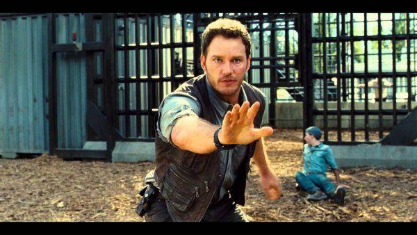 Jurassic World : extrait #3 Owen sauve un jeune homme des Raptors VF