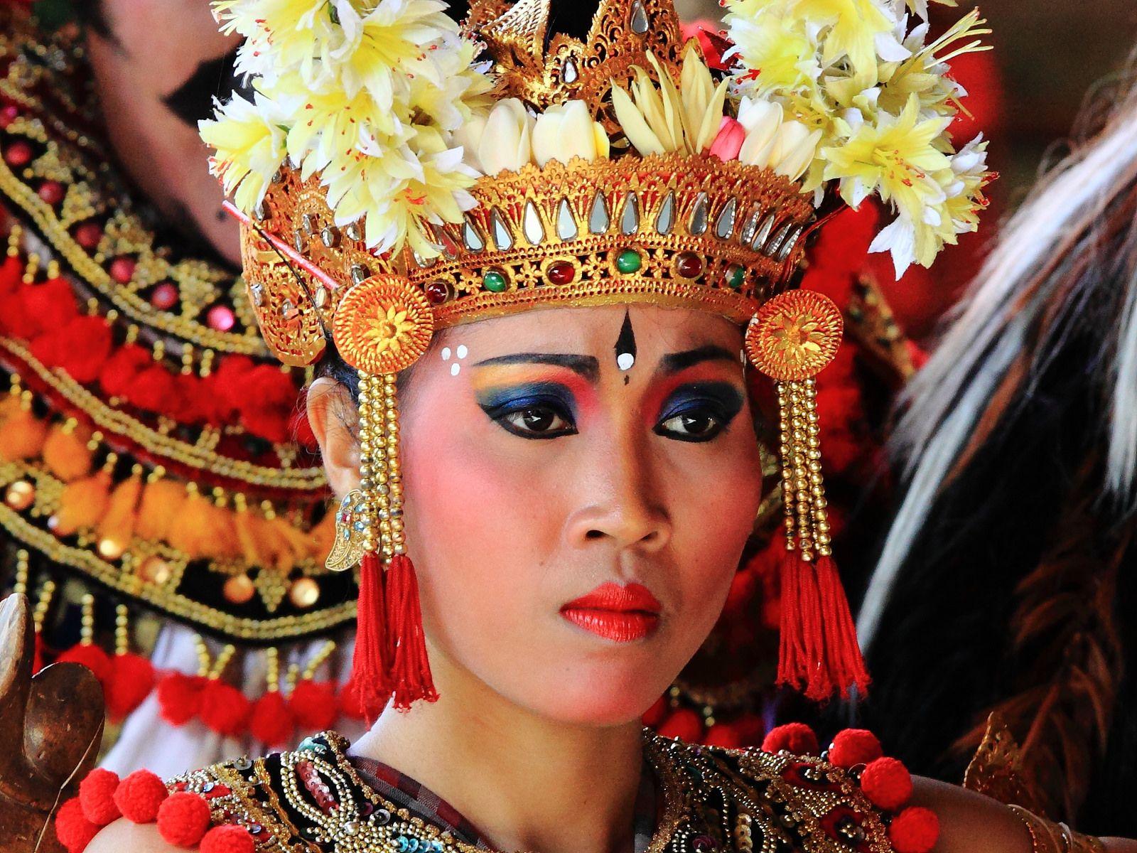 1708 tari barong dan keris batubulan bali indonesia festival captain hat musical ensemble barong pinterest