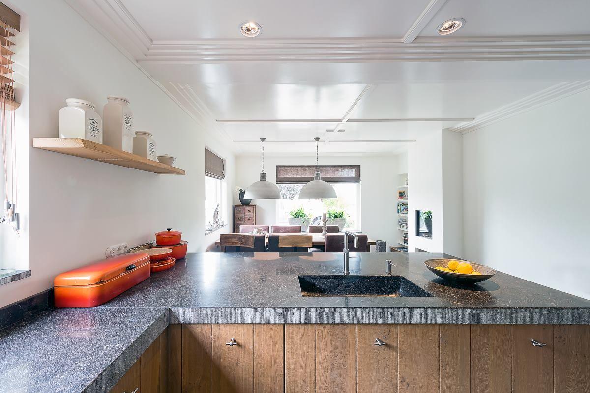 Moderne tijdloze keuken waarbij kastenwand een esthetische en ...