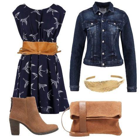 6809fa9cb45d Look adatto per tutti i giorni composto da vestito blu navy arricchito da  una cintura con chiusura a nodo