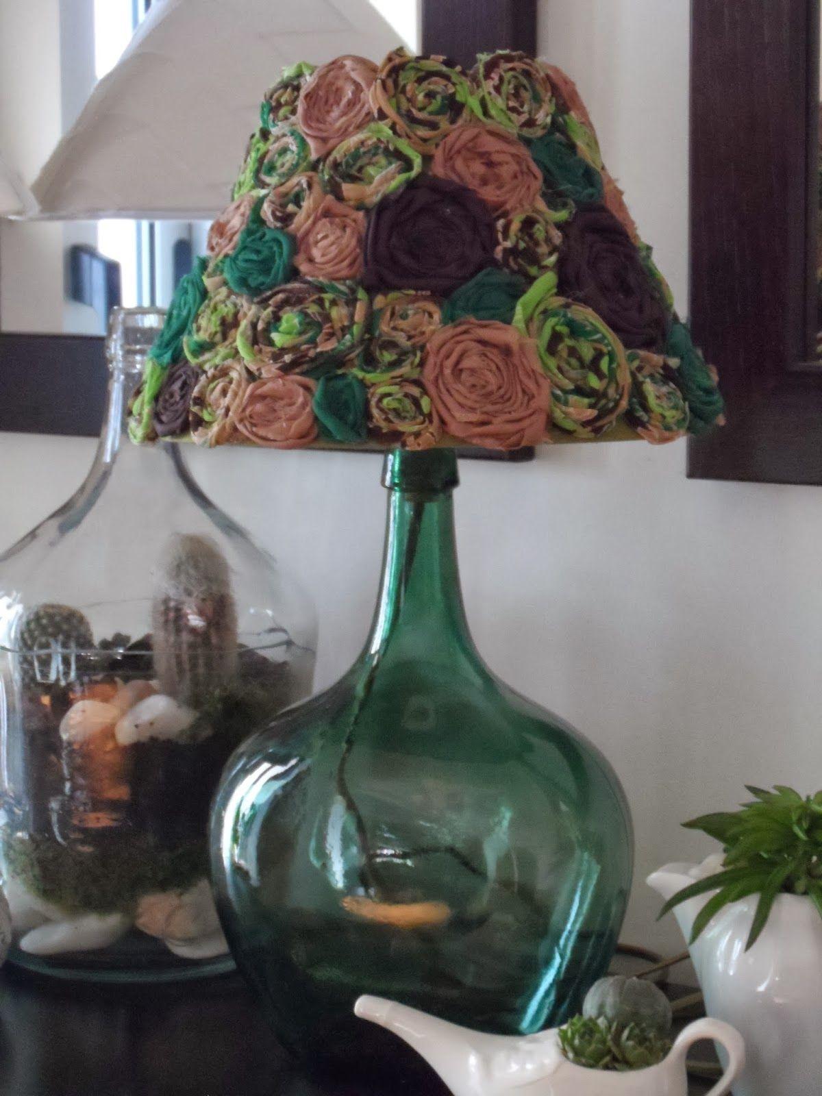 Adorei este candeeiro de mesa, ideal para quarto ou sala, vistoso e muito lindo!    Base feita com garrafão de vidro de 3 litros, que só po...