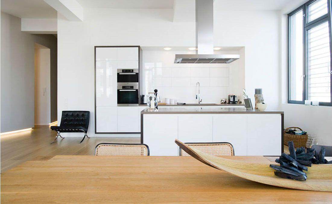 Weiße Küche mit Fliesen, Weißer Spritzschutz in offener Wohnküche - ideen wandgestaltung küche