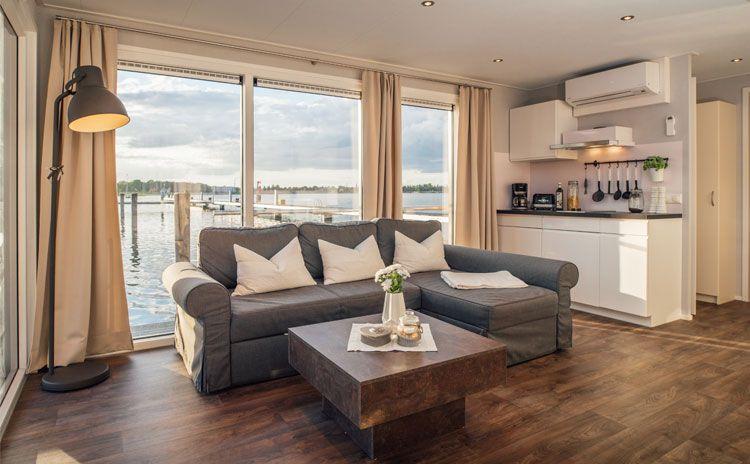 Hausboot Interior Design Wohnzimmer Braun Grau Beige Vinyl Fußboden Graue  Couch Wohnen Am Wasser LED Einbauspots