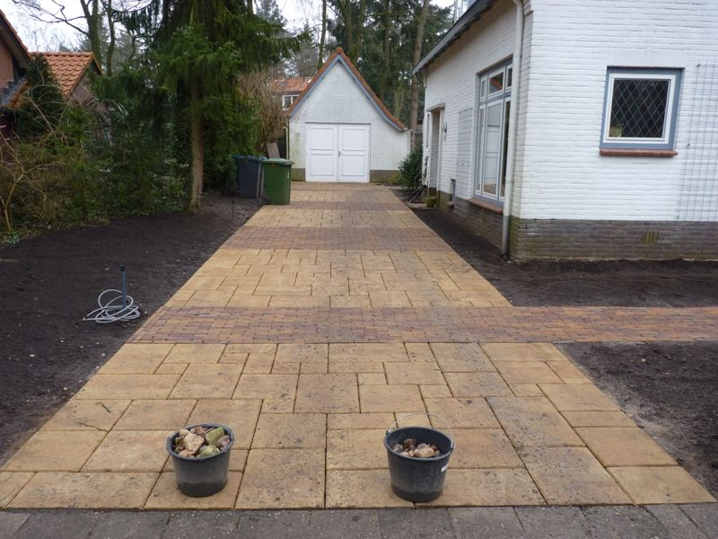 Oprit aangelegd door Bos Hoveniers (TuinKeur gecertificeerd) met verschillende stenen motief.