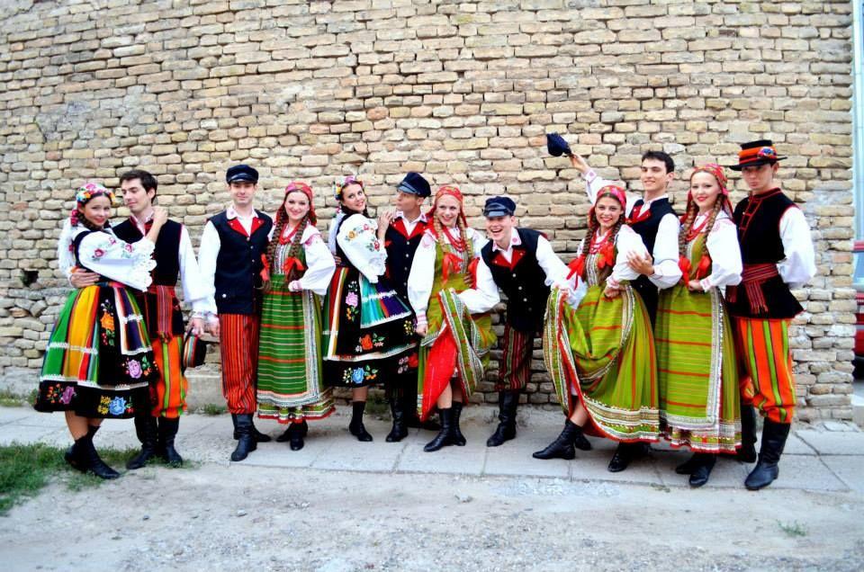 Poland: Łowicz (colorful aprons with flowers) and Kurpie Białe (green aprons) folk costumes // Zespół Pieśni i Tańca UJ SŁOWIANKI https://www.facebook.com/slowianki/